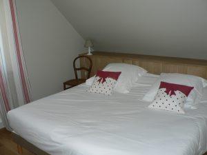 chambre soleil levant-2 personnes, lits 180*200 ou 2*90*200-commode-penderie-table