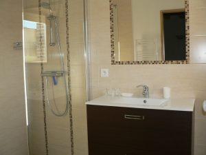 salle d'eau avec douche à l'italienne, accessible personnes mobilite reduite