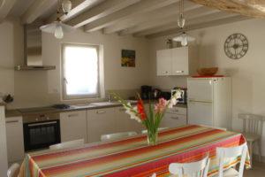 pièce à vivre chaleureuse avec cuisine équipée, ouverte , table familiale, salon 7 personnes